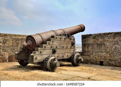 Alte Kanone in der Burg von Saint Antón. Galizien, Spanien