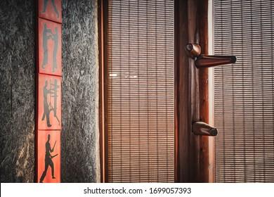جناح تشون دمية خشبية معزولة الخلفية