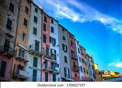 Filas de apartamentos coloridos se extienden por la ciudad de Porto Venere contra un cielo azul de verano. Foto tomada el 28 de septiembre de 2016 en la pequeña ciudad de Porto Venere, en la costa de Liguria, Italia.