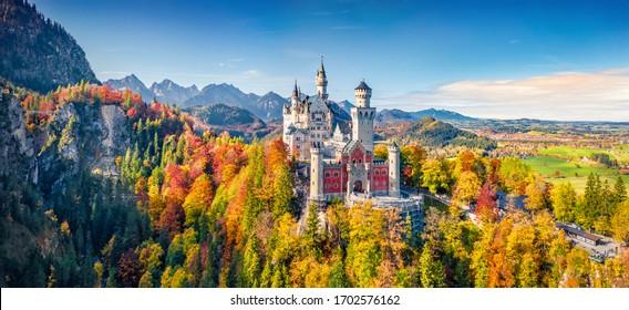 Vista panorámica desde un dron volador del castillo de Neuschwanstein, un castillo de cuento de hadas del siglo XIX en la cima de una colina. Emocionante escena matutina de Baviera. Magnífico paisaje de los Alpes, Alemania, Europa.