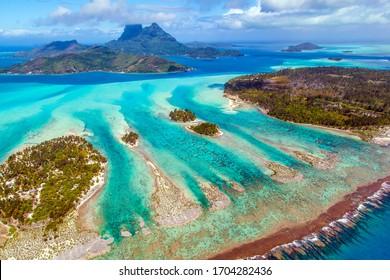 Luftaufnahme von Bora Bora, Französisch-Polynesien mit Mount Otemanu, Mount Pahia und umgebendem Motus (Inseln). Paradies auf Erden.