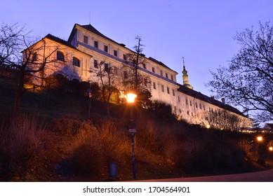 Paisaje de la ciudad de edificio en Praga por la noche.