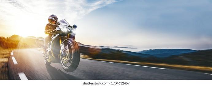 Motocicleta rápida en la carretera de la costa a caballo. divirtiéndose conduciendo por la carretera vacía en un viaje en moto. copyspace para su texto individual.