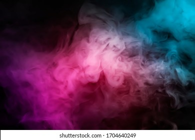 El vapor de humo abstracto se mueve sobre un fondo negro. El concepto de aromaterapia.