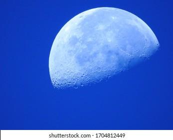 月の背景/月は、地球を周回する天体であり、地球で唯一の恒久的な自然衛星です。