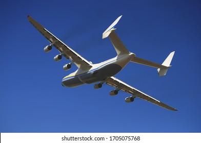 Tiefpass eines riesigen Flugzeugs Mriya
