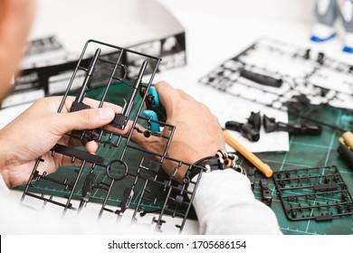 Der Mann, der Robotermodellbausätze zusammenbaut. Freizeit- und Hobbykonzept.