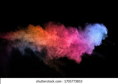 abstrakte farbige Staubexplosion auf einem schwarzen Hintergrund. Abstrakter Puder bespritzter Hintergrund, Einfrierbewegung des Farbpulvers, das Farbpulver explodiert / wirft, mehrfarbige Glitzertextur.