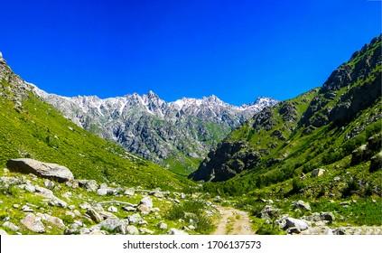 Vista del paisaje del valle verde de la montaña. Sendero del valle de montaña. Sendero en las montañas. Vista del sendero de montaña