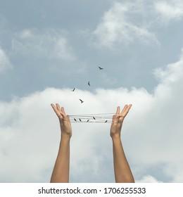 Konzept der Freiheit von Vögeln, die von einer künstlichen Falle wegfliegen