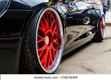 Exklusive Nahaufnahme der abgestimmten Autoscheibe. Getunte Scheibe an einem Sportwagen zum Driften.