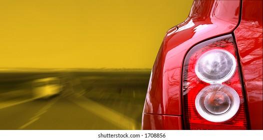 Rotes Auto auf der Autobahn
