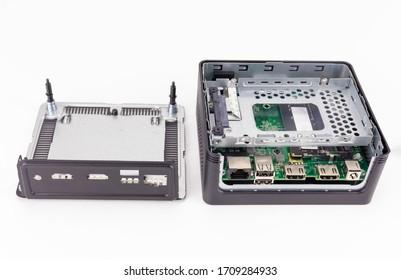 分解したスモールミニPC。HDMIポートとUSBポート、およびSATA SSDスロットを備えたコンピューターの内部を見ることができます。