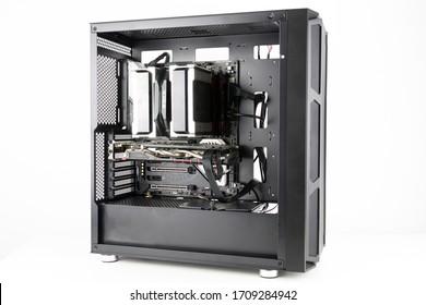 PC para juegos con grandes fanáticos en el frente. Computadora ensamblada con componentes de hardware
