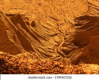 Fantastische Marslandschaft. Ein verlassener Erdplanet in orangefarbenen Farben. verlassener Steinbruch von Rummu, Estland. Szenische Ansicht des Landes. Berg aus weißem Sand und Steinen. Panoramablick. Die Erosion von