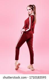 Modni koncept. Sportsko šik stil. Portret cijele dužine lijepe djevojke u modernoj sportskoj odjeći.