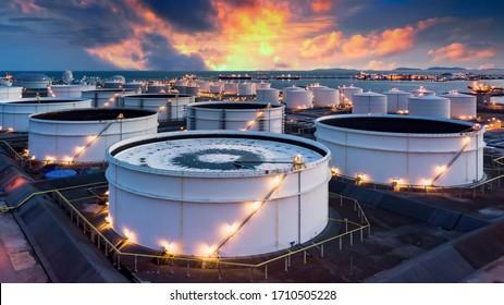 Lagerung chemischer Produkte wie Öl, Benzin, Gas, Aerial View-Öltanks Terminal und Tanker, Benzin-Industriezone, gewerblicher Kraftstoff- und Energietransport per Tankschiff.