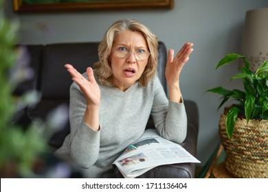 Geschokt vrouw krant lezen. Slecht nieuws.