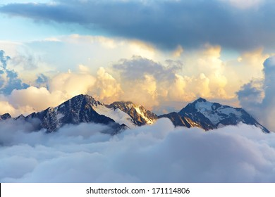paisaje alpino con picos cubiertos de nieve y nubes