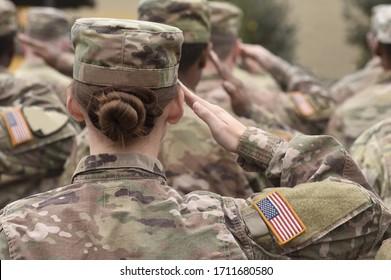 アメリカの兵士の敬礼。米軍。アメリカ合衆国の軍隊。米軍。記念日。退役軍人の日。