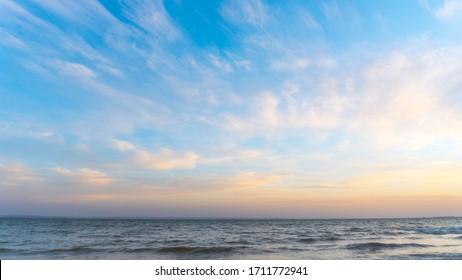 puesta de sol sobre el mar. vista desde la orilla