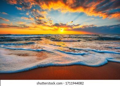 Strandzonsopgang of zonsondergang over de tropische overzees en hemel met wolken