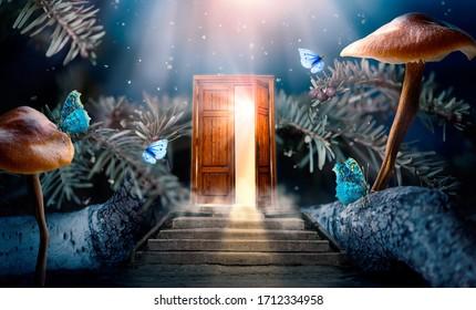 Bosque de cuento de hadas encantado de fantasía con puerta de madera secreta de apertura mágica y escaleras que conducen a una luz de brillo mística fuera de la puerta, setas, rayos y mariposas mágicas de cuento de hadas voladoras en el bosque