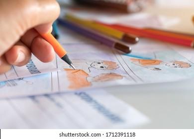 フィルムムービーストーリーコンセプトのプリプロダクション:ストーリーボードアニメーションコミックカートンを描く手、スタジオでクリエイティブなシーンレイアウトをデザインします。プロダクション映画やビデオショットの前に仕事をすることの後ろ