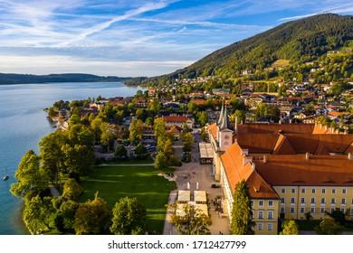 """Tegernsee, Alemania. Lago Tegernsee en Rottach-Egern (Baviera), Alemania, cerca de la frontera con Austria. Vista aérea del lago """"Tegernsee"""" en los Alpes de Baviera. Bad Wiessee. Lago Tegernsee en Baviera."""