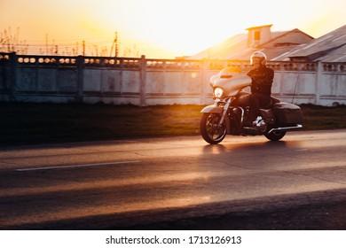 Samara, Rusia - 23 de julio de 2018 - ciclista clásico en casco de seguridad, chopper de conducción en la carretera asfaltada a través del humo