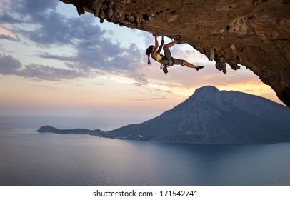 Junger weiblicher Kletterer bei Sonnenuntergang, Kalymnos-Insel, Griechenland
