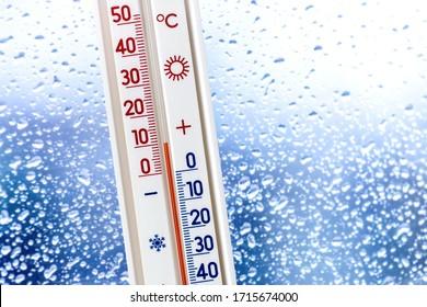 背景のウェットウィンドウの温度計にプラス10度