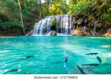 Erawan Wasserfall in Thailand. Schöner Wasserfall mit smaragdgrünem Pool in der Natur.