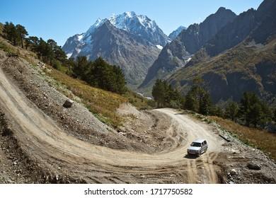 Mitsubishi Pajero viejo coche en las montañas Dombay