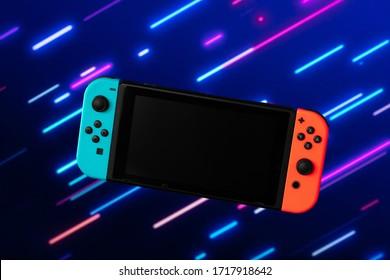 Foto der blauen und orange Videospielkonsole