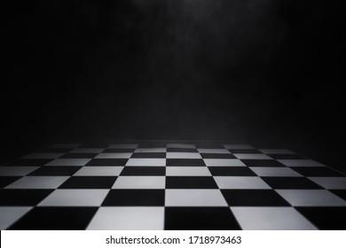 空的棋盤與煙氣漂浮在黑暗的背景