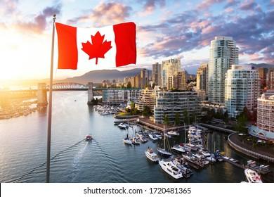 Superposición de la bandera nacional canadiense. False Creek, el centro de Vancouver, British Columbia, Canadá. Hermosa vista aérea de una ciudad moderna en la costa del Pacífico occidental durante una colorida puesta de sol.