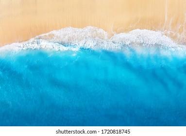 Costa con olas como fondo desde la vista superior. Fondo de agua azul de drone. Paisaje marino de verano desde el aire. Viajes - imagen