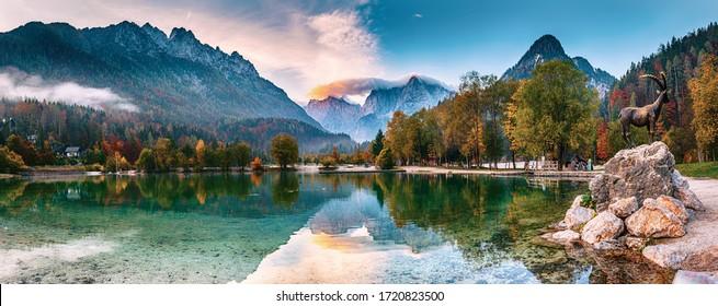 Jasna See mit schönen Reflexionen der Berge. Triglav National Park, Slowenien