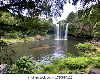 Neuseeland Wasserfälle und natürlicher Teich mit grüner Aussicht