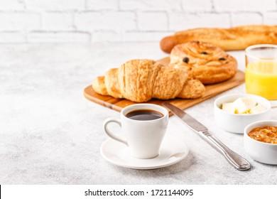 Ontbijt met koffie en croissants, selectieve aandacht