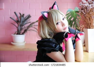 日本のアニメのコスプレ、ピンクの部屋の背景に女の子のコスプレの肖像画