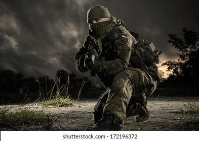 Vojak Bundeswehrja v obrambnem položaju na ozadju narave.