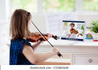 バイオリンを弾く子供。自宅からの遠隔学習。子供のための芸術。楽器を持つ少女。ビデオチャット会議のレッスン。オンライン音楽の授業料。創造的な子供たちは歌を演奏します。古典教育