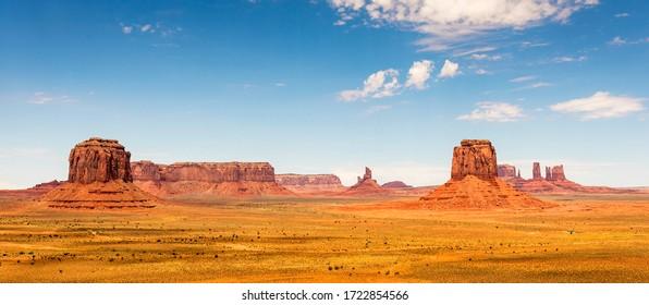 Impresionante vista de Merrick y East Mitten Buttes desde el mirador Artist's Point en Monument Valley.