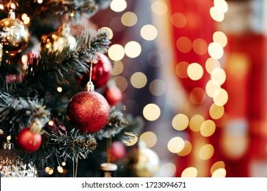 Schließen Sie oben von den Kugeln auf Weihnachtsbaum. Bokeh Girlanden im Hintergrund. Neujahrskonzept.