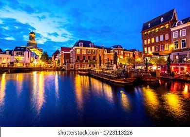 Visión escénica a lo largo del canal con las casas tradicionales en el cielo crepuscular, Leiden, Países Bajos.