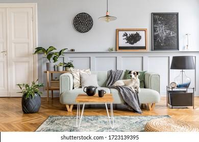 Diseño interior elegante de sala de estar con sofá moderno de menta, consola de madera, cubo, mesa de café, lámpara, planta, marco de póster simulado, almohadas, cuadros, decoración y accesorios elegantes en la decoración del hogar.