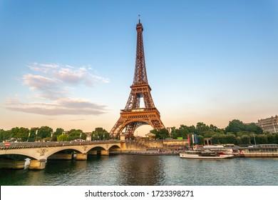 Torre Eiffel al atardecer con río Sena