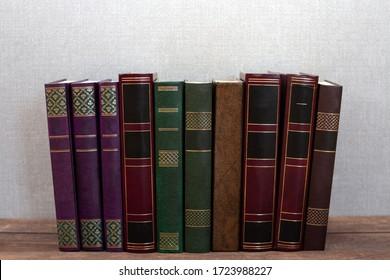 Colección de diferentes libros antiguos sobre tablas de madera. Parte captal de los libros. Butt books y libros de texto. Cubrir